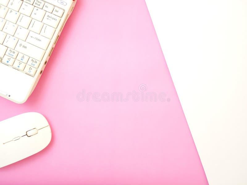 Επίπεδος βάλτε, το εννοιολογικό επίπεδο γραφείων βάζει το σημειωματάριο και το ασύρματο ποντίκι στο texturized ρόδινο άσπρο υπόβα στοκ εικόνες με δικαίωμα ελεύθερης χρήσης