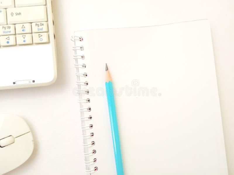 Επίπεδος βάλτε, το εννοιολογικό επίπεδο γραφείων βάζει το σημειωματάριο και το ασύρματα ποντίκι και το μολύβι στο texturized άσπρ στοκ εικόνες με δικαίωμα ελεύθερης χρήσης