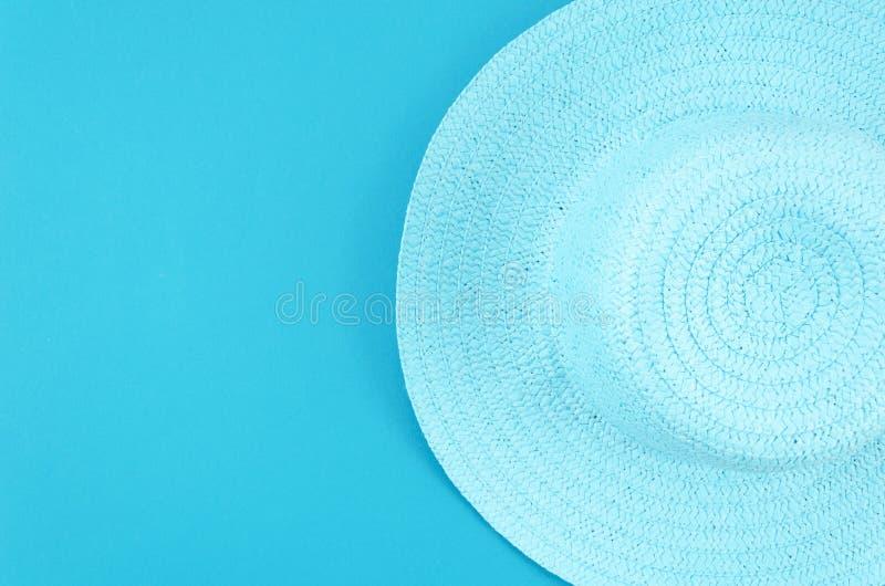 Επίπεδος βάλτε το θερινό υπόβαθρο Καπέλο θερινού αχύρου γυναικών στο μπλε υπόβαθρο κρητιδογραφιών Τοπ πλαίσιο άποψης με το διάστη στοκ φωτογραφίες με δικαίωμα ελεύθερης χρήσης