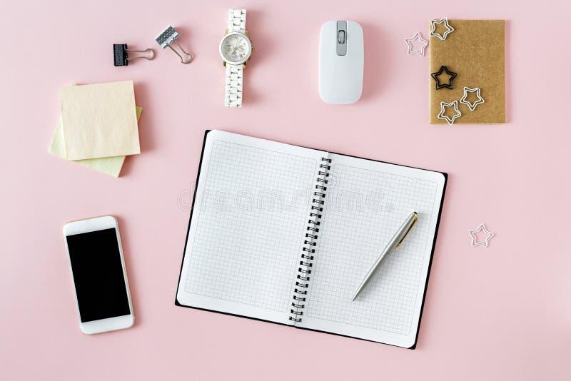 Επίπεδος βάλτε το θηλυκό μοντέρνο θηλυκό γραφείο σημειωματάριων χώρου εργασίας κενό στοκ εικόνα