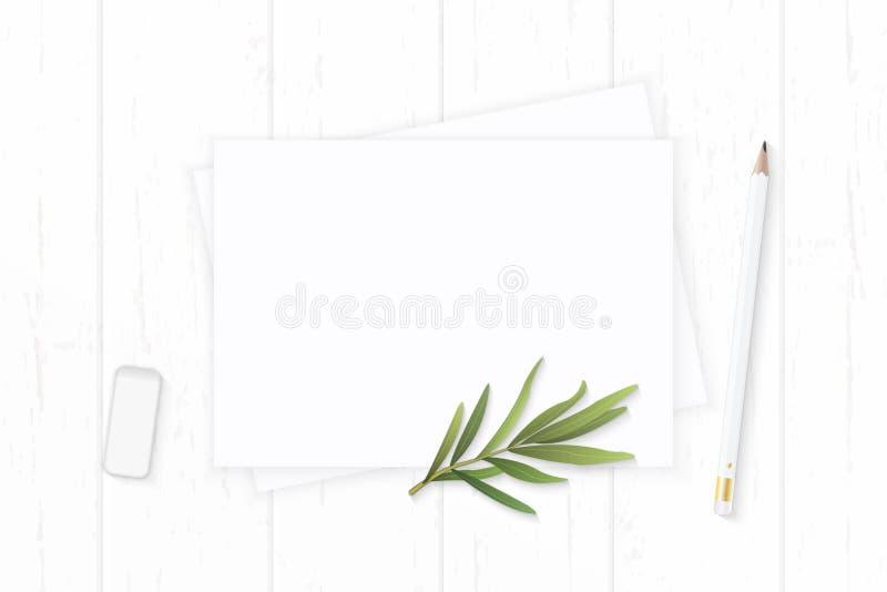 Επίπεδος βάλτε το κομψές άσπρες φύλλο και τη γόμα τραχουριού μολυβιών εγγράφου σύνθεσης τοπ άποψης στο ξύλινο υπόβαθρο στοκ εικόνα με δικαίωμα ελεύθερης χρήσης