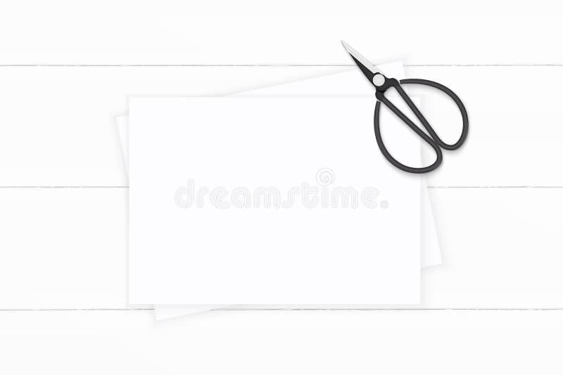 Επίπεδος βάλτε το κομψό άσπρο έγγραφο σύνθεσης τοπ άποψης για το ξύλινο υπόβαθρο Σχέδιο διακοσμήσεων Χριστουγέννων στοκ φωτογραφία με δικαίωμα ελεύθερης χρήσης