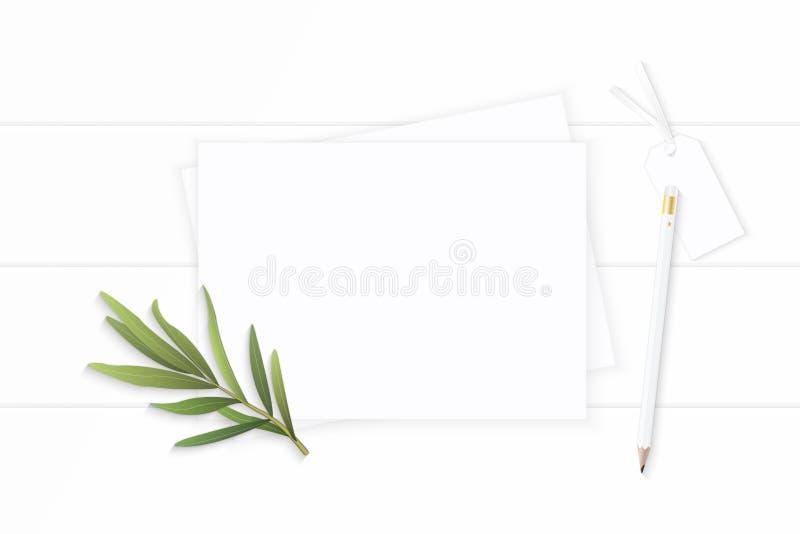 Επίπεδος βάλτε το κομψό άσπρο φύλλο τραχουριού ετικεττών μολυβιών εγγράφου σύνθεσης Χριστουγέννων τοπ άποψης στο ξύλινο υπόβαθρο στοκ φωτογραφία με δικαίωμα ελεύθερης χρήσης