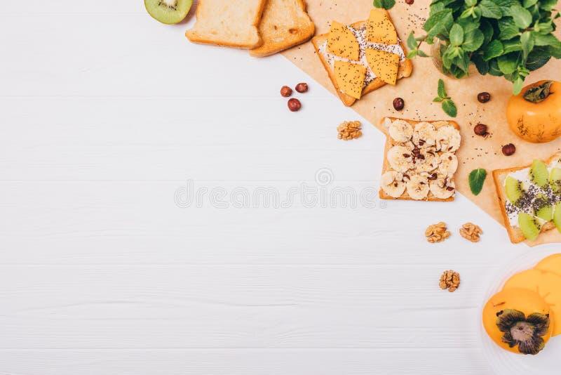 Επίπεδος βάλτε το πλαίσιο των γλυκών συστατικών φρυγανιάς φρούτων με το διάστημα αντιγράφων στοκ εικόνα με δικαίωμα ελεύθερης χρήσης