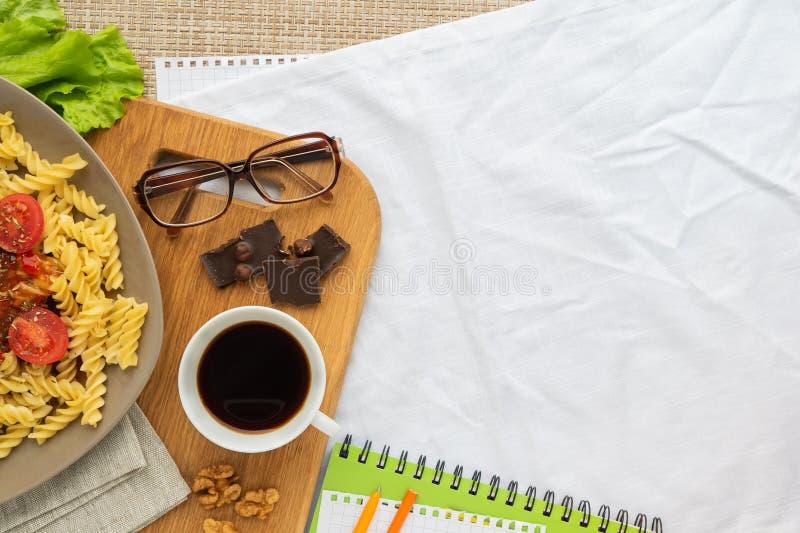 Επίπεδος βάλτε το υγιές επιχειρησιακό μεσημεριανό γεύμα τοπ άποψης με τα ζυμαρικά και τον καφέ με ελεύθερου χώρου στοκ εικόνες με δικαίωμα ελεύθερης χρήσης