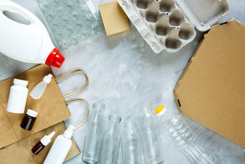 Επίπεδος βάλτε των διαφορετικών αποβλήτων έτοιμων για την ανακύκλωση Πλαστικό, γυαλί, έγγραφο Κοινωνική ευθύνη, προσοχή οικολογία στοκ εικόνες