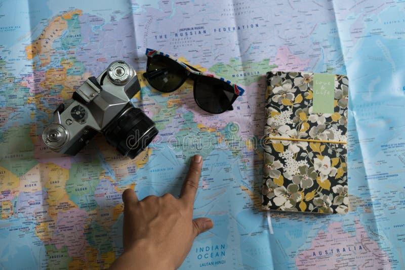 Επίπεδος βάλτε των προϊόντων πρώτης ανάγκης ταξιδιού στοκ φωτογραφίες