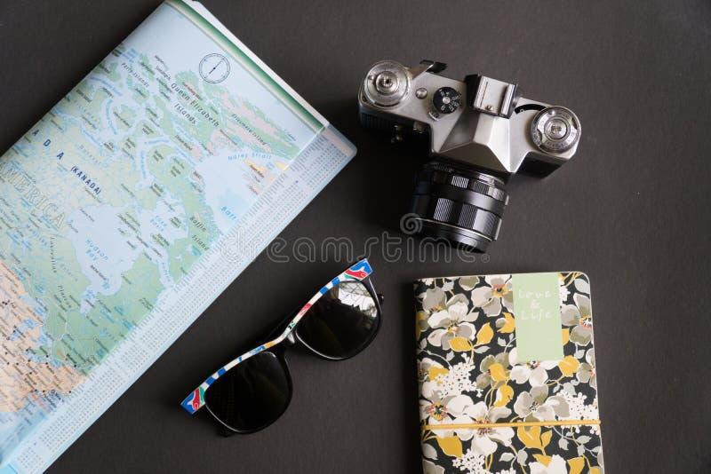 Επίπεδος βάλτε των προϊόντων πρώτης ανάγκης ταξιδιού στοκ εικόνα με δικαίωμα ελεύθερης χρήσης