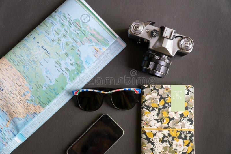 Επίπεδος βάλτε των προϊόντων πρώτης ανάγκης ταξιδιού στοκ φωτογραφία με δικαίωμα ελεύθερης χρήσης