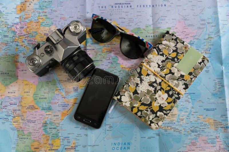 Επίπεδος βάλτε των προϊόντων πρώτης ανάγκης ταξιδιού στοκ εικόνες