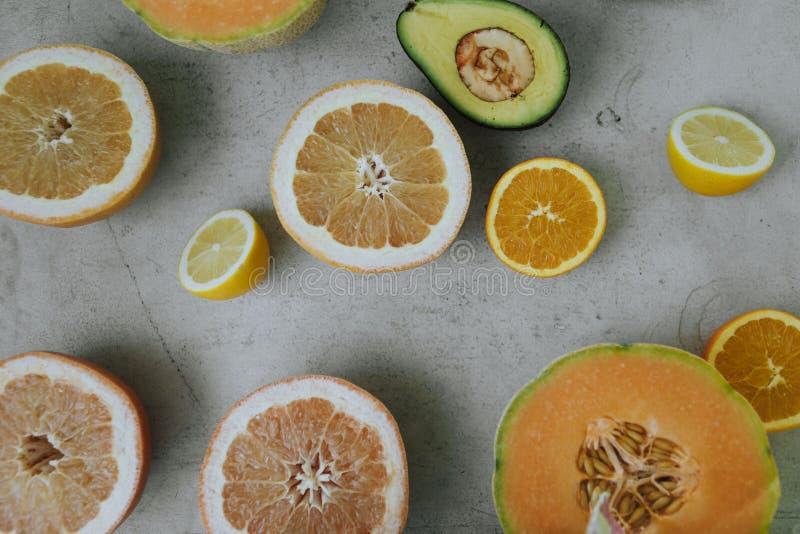 Επίπεδος βάλτε των πρόσφατα κομμένων φρούτων στοκ εικόνες με δικαίωμα ελεύθερης χρήσης