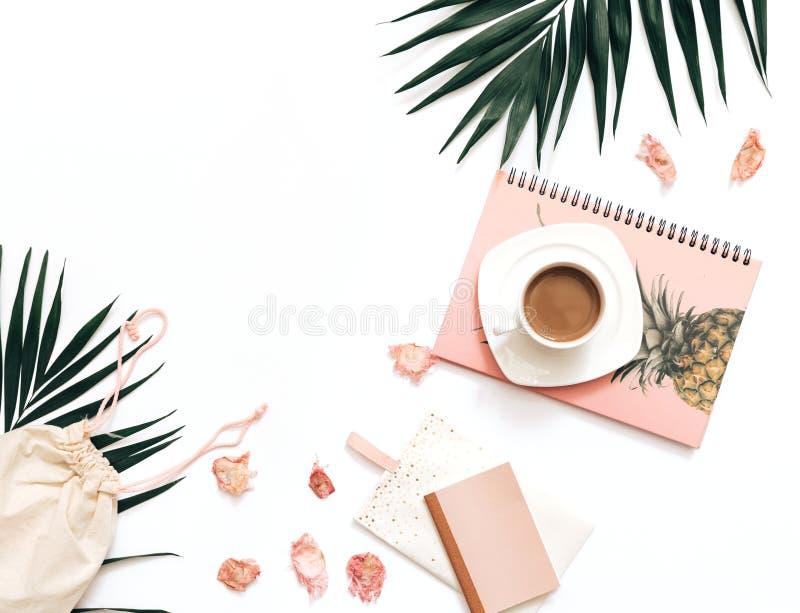 Επίπεδος βάλτε blogger το πρότυπο χώρου εργασίας με τα τροπικά φύλλα στοκ φωτογραφία με δικαίωμα ελεύθερης χρήσης