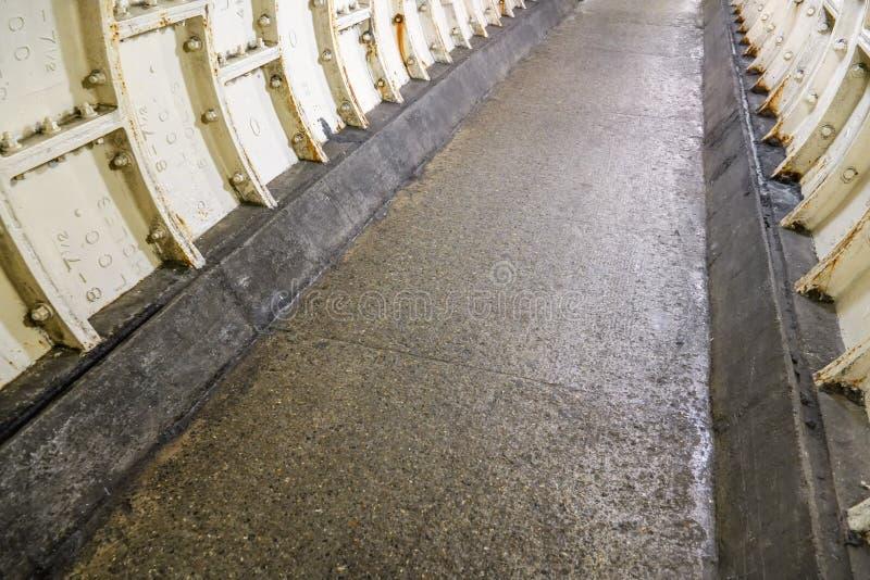 Επίπεδο πάτωμα πετρών και βαριά επένδυση σιδήρου στον Τάμεση κάτω από  στοκ φωτογραφίες