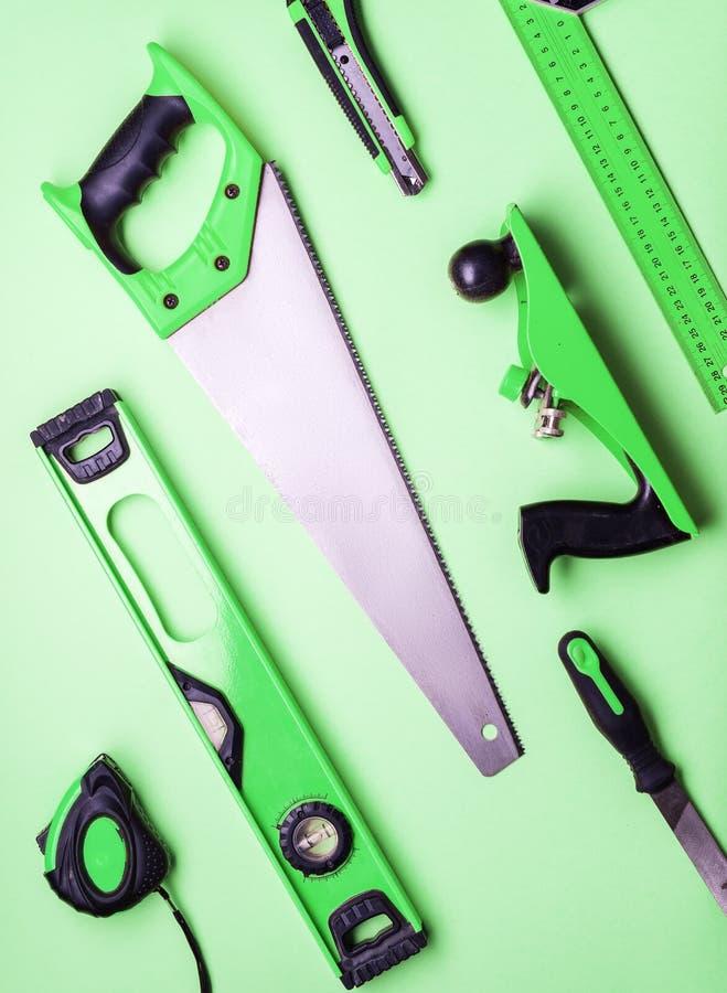 Επίπεδο σχεδιάγραμμα: ένα σύνολο εργαλείων χεριών για την κατασκευή και την επισκευή σε ένα πράσινο υπόβαθρο στοκ φωτογραφία με δικαίωμα ελεύθερης χρήσης