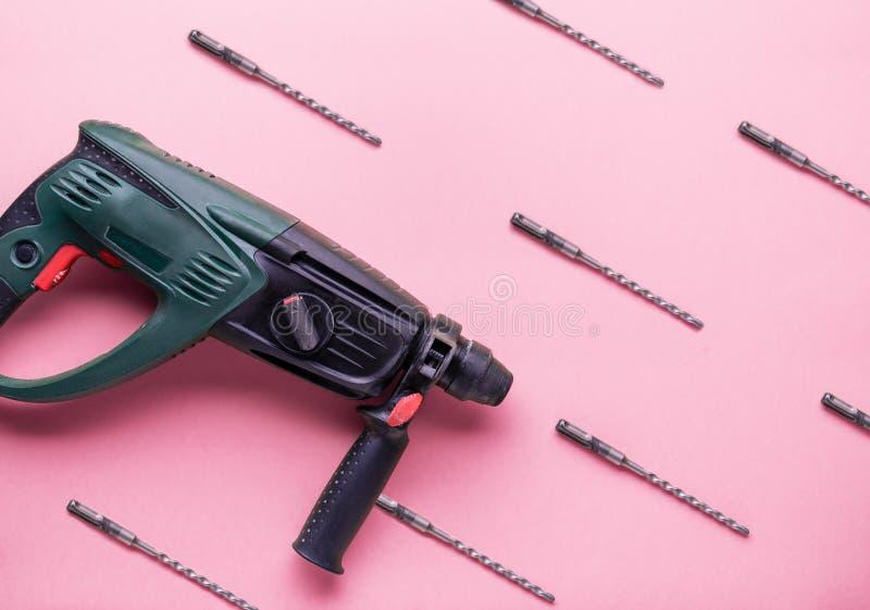 Επίπεδο σχεδιάγραμμα: perforator και άλλα εργαλεία χεριών για την κατασκευή και την επισκευή σε ένα ρόδινο υπόβαθρο στοκ εικόνες με δικαίωμα ελεύθερης χρήσης