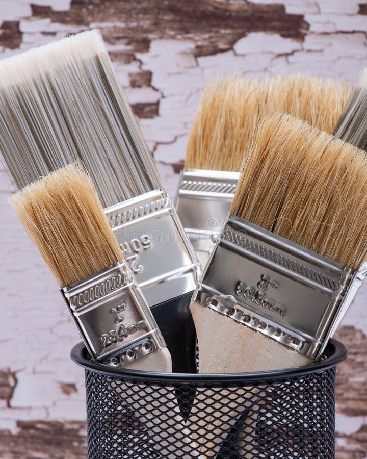 Επίπεδο τσιπ και επίπεδες βούρτσες χρωμάτων χρησιμότητας περικοπών στο ξύλο στοκ εικόνα