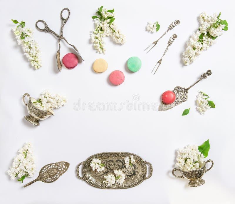 Επίπεδος βάλτε τα άσπρα ιώδη macaroon λουλουδιών γλυκά τρόφιμα κέικ στοκ φωτογραφία με δικαίωμα ελεύθερης χρήσης
