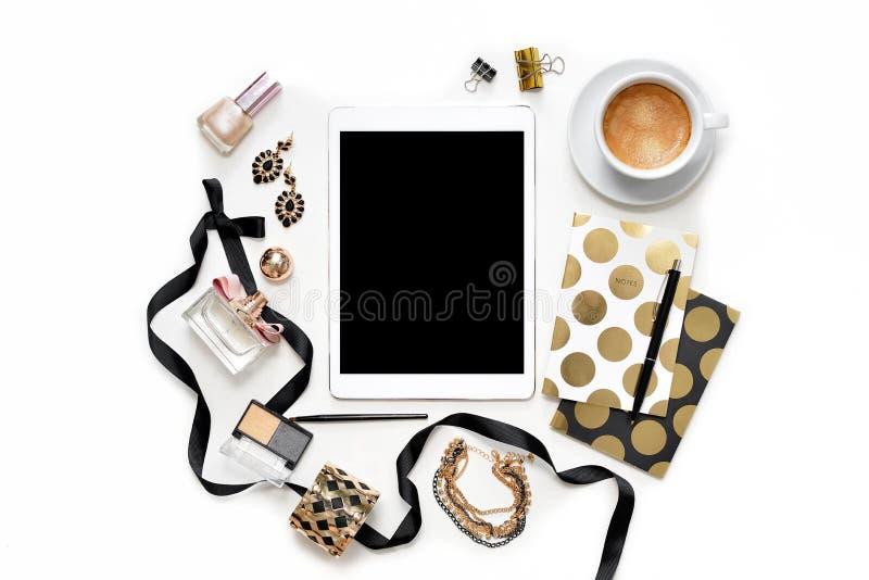Επίπεδος βάλτε το θηλυκό χώρο εργασίας Υπουργείων Εσωτερικών μόδας με την ταμπλέτα, το φλιτζάνι του καφέ, τα μοντέρνα μαύρα χρυσά στοκ φωτογραφία με δικαίωμα ελεύθερης χρήσης