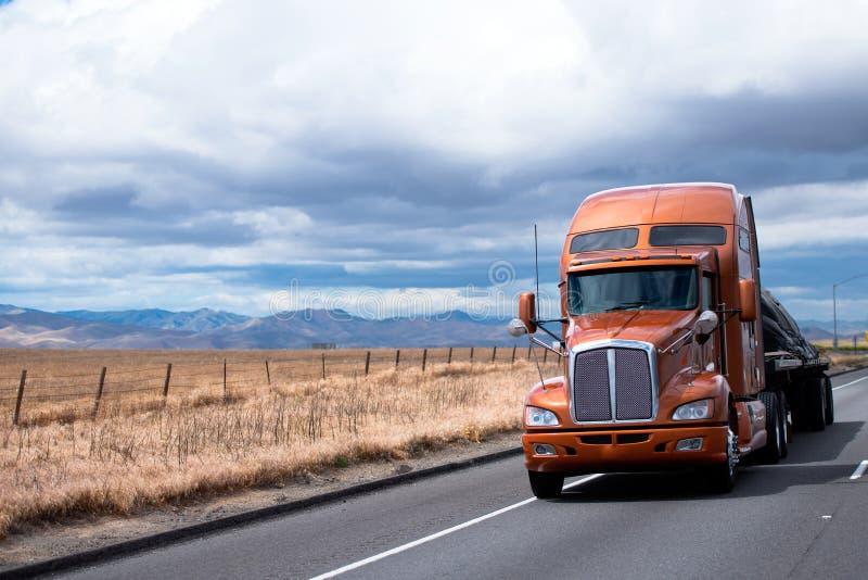 Επίπεδο ημι φορτηγό κρεβατιών που μεταφέρει το φορτίο κάτω από την κάλυψη σε Καλιφόρνια στοκ φωτογραφίες με δικαίωμα ελεύθερης χρήσης