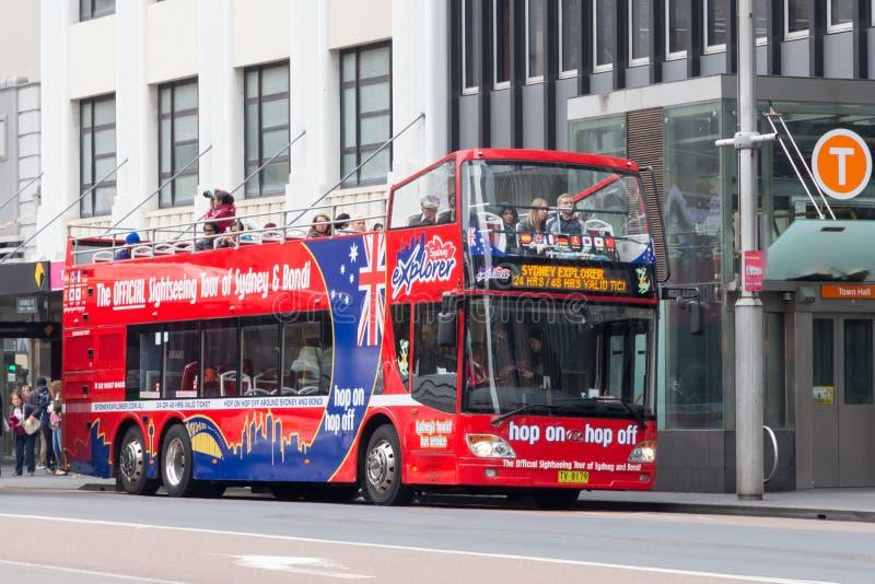 Επίσημη θέα που βλέπει το τουριστηκό λεωφορείο του Σίδνεϊ και Bondi με τους επιβάτες στην οδό του George, Σίδνεϊ, Αυστραλία στοκ φωτογραφία με δικαίωμα ελεύθερης χρήσης