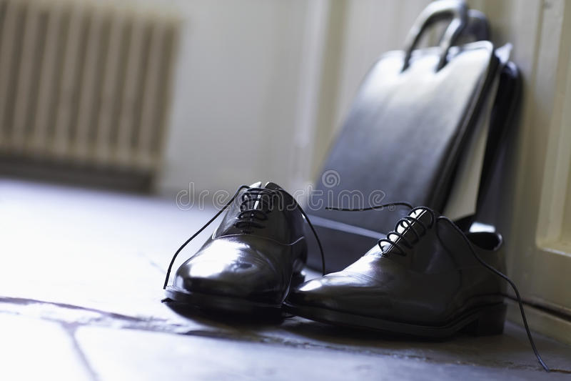 Επίσημοι παπούτσια και χαρτοφύλακας στο πάτωμα στοκ φωτογραφίες με δικαίωμα ελεύθερης χρήσης