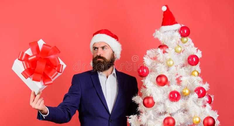 Επίσημο κοστούμι hipster ατόμων το γενειοφόρο ευτυχές γιορτάζει τα Χριστούγεννα Έννοια υπηρεσιών δώρων Στείλετε ή λάβετε το χριστ στοκ εικόνα