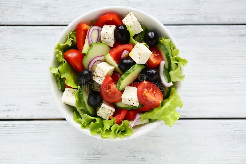 επίσης το τυρί της Βουλγαρίας κύπελλων περιέχει αγγουριών τις φρέσκες ελληνικές γνωστές ονόματος ελιών κρεμμυδιών ντομάτες καρυκε στοκ φωτογραφία με δικαίωμα ελεύθερης χρήσης