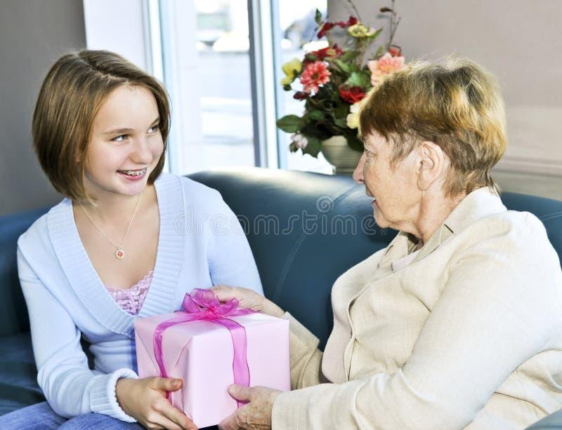επίσκεψη γιαγιάδων εγγονών στοκ εικόνες