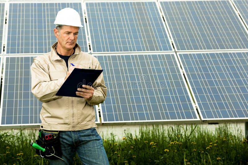 Επίσκεψη επιθεώρησης στο σταθμό ηλιακής παραγωγής ηλεκτρικού ρεύματος στοκ εικόνες
