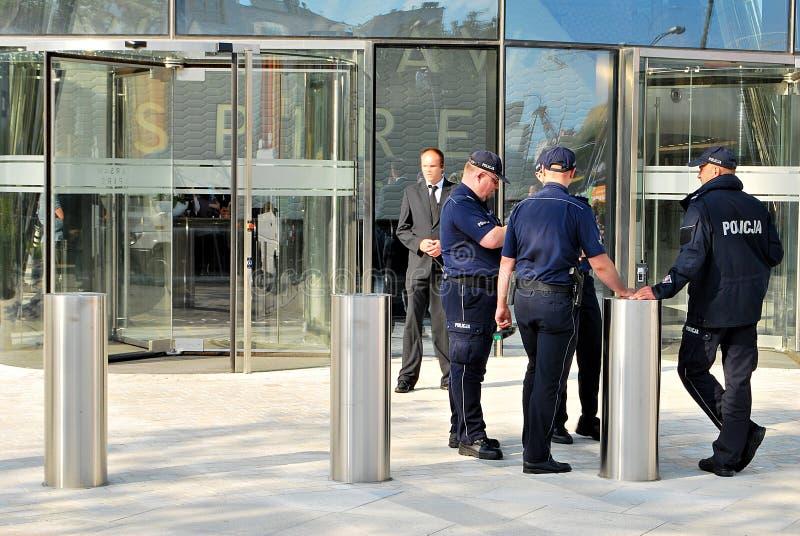 Επίσκεψη του βασιλικού ζεύγους στη Βαρσοβία Κώνος της Βαρσοβίας Αναμονή το βασιλικό ζεύγος στοκ φωτογραφίες με δικαίωμα ελεύθερης χρήσης