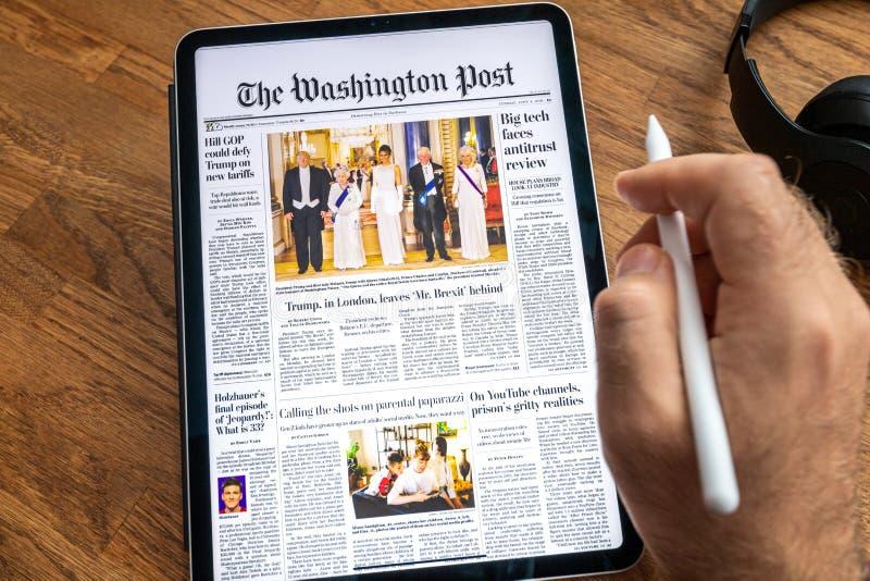 Επίσκεψη του Ντόναλντ Τραμπ στην κάλυψη εφημερίδων ειδήσεων της Apple iPad στοκ εικόνες με δικαίωμα ελεύθερης χρήσης