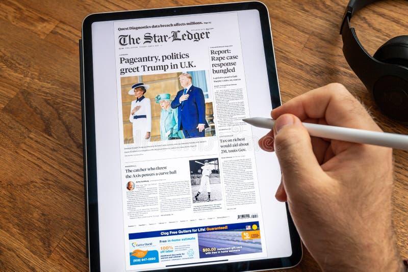 Επίσκεψη του Ντόναλντ Τραμπ στην κάλυψη εφημερίδων ειδήσεων της Apple iPad στοκ φωτογραφία