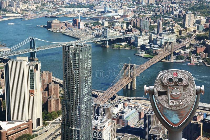 Επίσκεψη του τηλεσκοπίου ενάντια στη γέφυρα του Μπρούκλιν και τη γέφυρα του Μανχάταν, πόλη της Νέας Υόρκης στοκ φωτογραφία με δικαίωμα ελεύθερης χρήσης