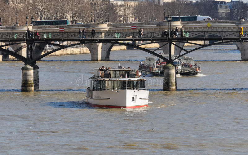 Download Επίσκεψη των βαρκών στον ποταμό Σηκουάνας στο Παρίσι Εκδοτική εικόνα - εικόνα από απλάδι, προγεφυρωμάτων: 62715520