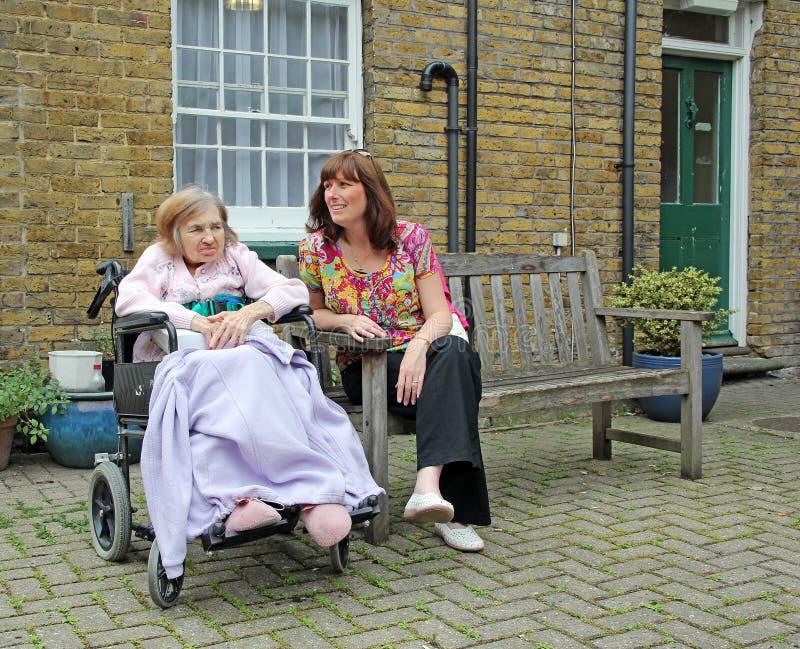 Επίσκεψη των ηλικιωμένων στοκ φωτογραφία με δικαίωμα ελεύθερης χρήσης