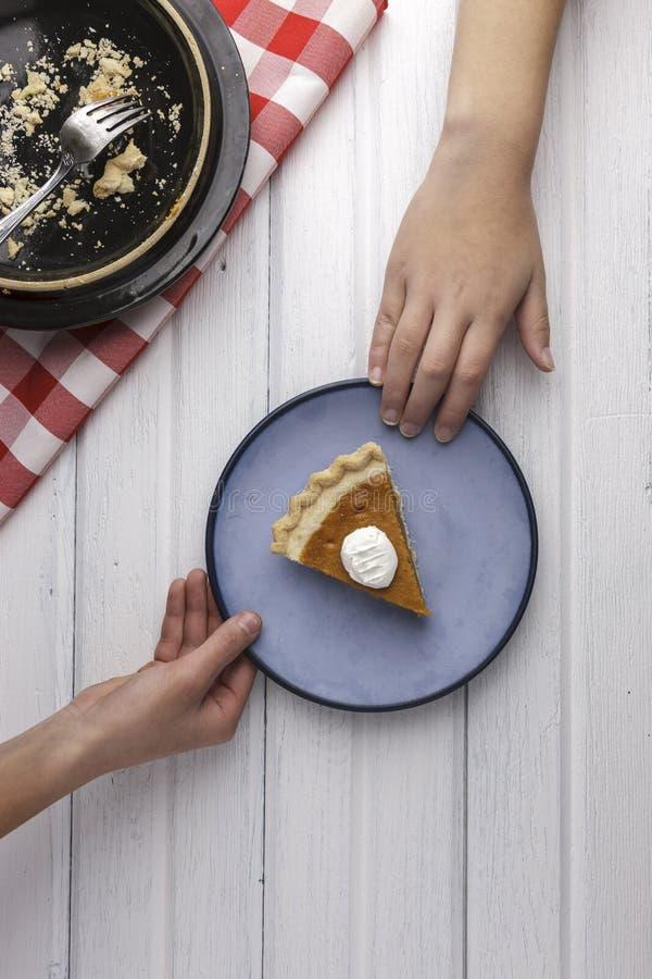 Επίτευξη για το τελευταίο κομμάτι της πίτας στοκ εικόνες