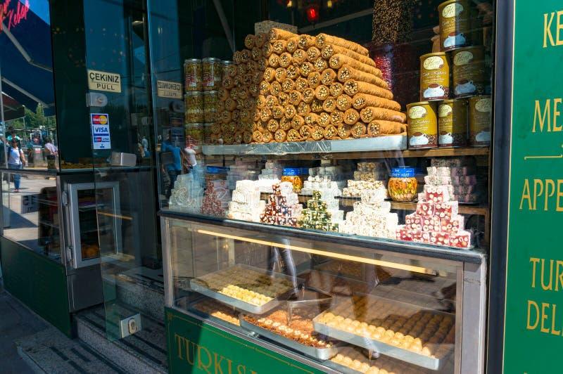 Επίδειξη βιτρινών της τουρκικής απόλαυσης και της βιομηχανίας ζαχαρωδών προϊόντων στοκ φωτογραφίες
