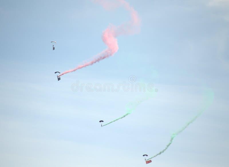 Επίδειξη ομάδων αλεξίπτωτων airshow στοκ φωτογραφία