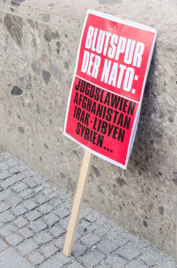 Επίδειξη συνάθροισης του αντι-ΝΑΤΟ αφισσών σημαδιών διαμαρτυρίας ενάντια στο ΝΑΤΟ στοκ εικόνες