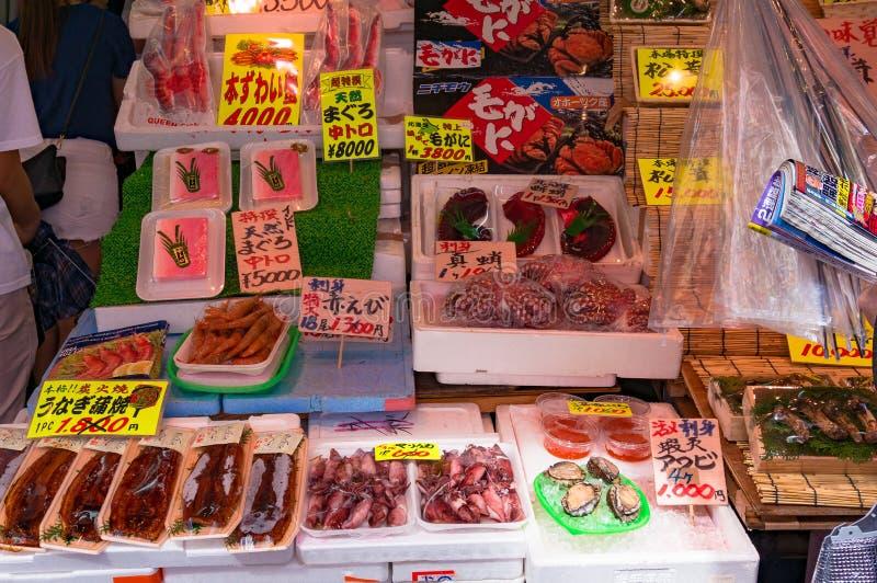 Επίδειξη τροφίμων των ακατέργαστων ψαριών και των φρέσκων θαλασσινών στην αγορά στοκ φωτογραφίες με δικαίωμα ελεύθερης χρήσης