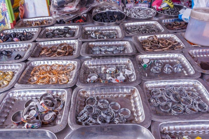 Επίδειξη των διαφορετικών μεγέθους δαχτυλιδιών δάχτυλων που τοποθετούνται στα πιάτα σε ένα κατάστημα οδών για την πώληση, Chennai στοκ εικόνες με δικαίωμα ελεύθερης χρήσης