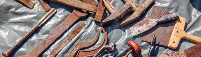 Επίδειξη των παλαιών φτηνών εργαλείων υλικού που επαναχρησιμοποιούν ή που ανακυκλώνουν στοκ εικόνες