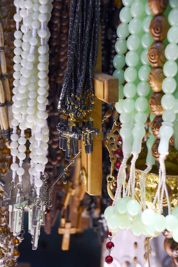 Επίδειξη Rosaries για την πώληση κοντά στην εκκλησία του ιερού Sepulch στοκ εικόνες