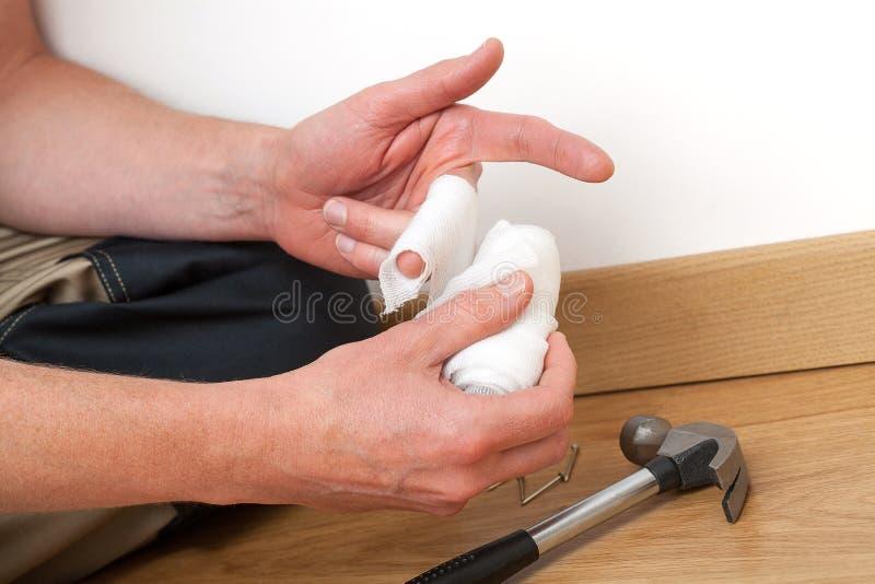 Επίδεση του βλαμμένου δάχτυλου στοκ φωτογραφία με δικαίωμα ελεύθερης χρήσης