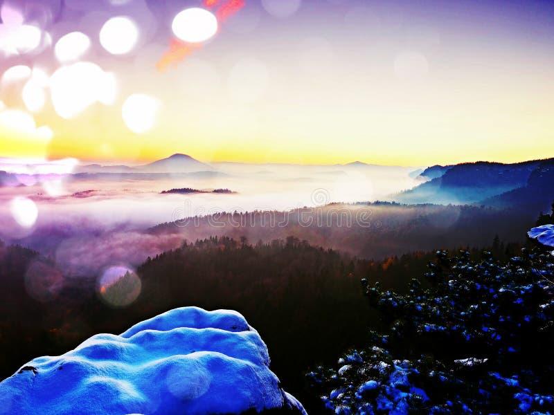 Επίδραση ταινιών Πρώτη κάλυψη χιονιού σκονών στους βράχους ψαμμίτη επάνω από το πάρκο κοιλάδων Βαριά υδρονέφωση στο σημείο άποψης στοκ εικόνα με δικαίωμα ελεύθερης χρήσης