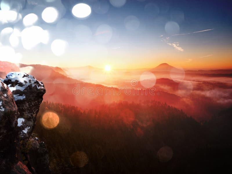 Επίδραση ταινιών Πρώτη κάλυψη χιονιού σκονών στους βράχους ψαμμίτη επάνω από το πάρκο κοιλάδων Βαριά υδρονέφωση στο σημείο άποψης στοκ φωτογραφίες με δικαίωμα ελεύθερης χρήσης