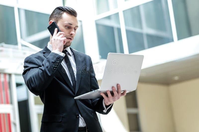 Επίλυση των προβλημάτων για την επιχείρηση Επιτυχής επιχειρηματίας που στέκεται το ι στοκ φωτογραφίες