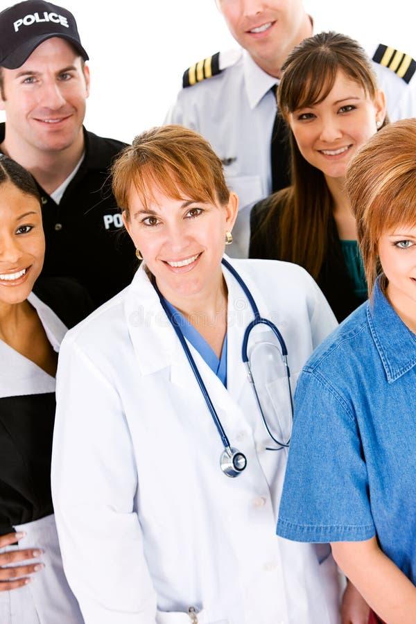 Επαγγέλματα: Γιατρός στο κέντρο της ομάδας επαγγελμάτων στοκ εικόνα με δικαίωμα ελεύθερης χρήσης