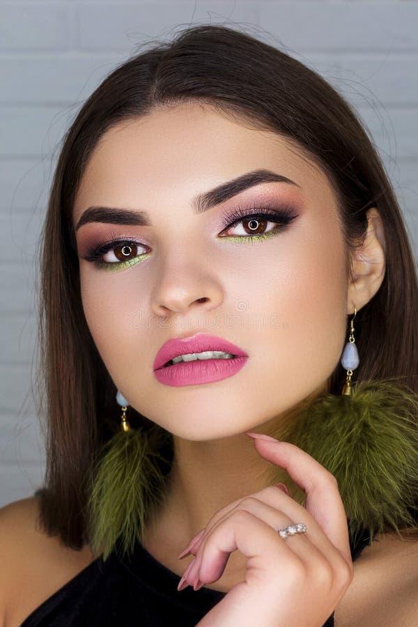 Επαγγελματικά βέλη makeup για ένα φωτεινό brunette στοκ φωτογραφία με δικαίωμα ελεύθερης χρήσης