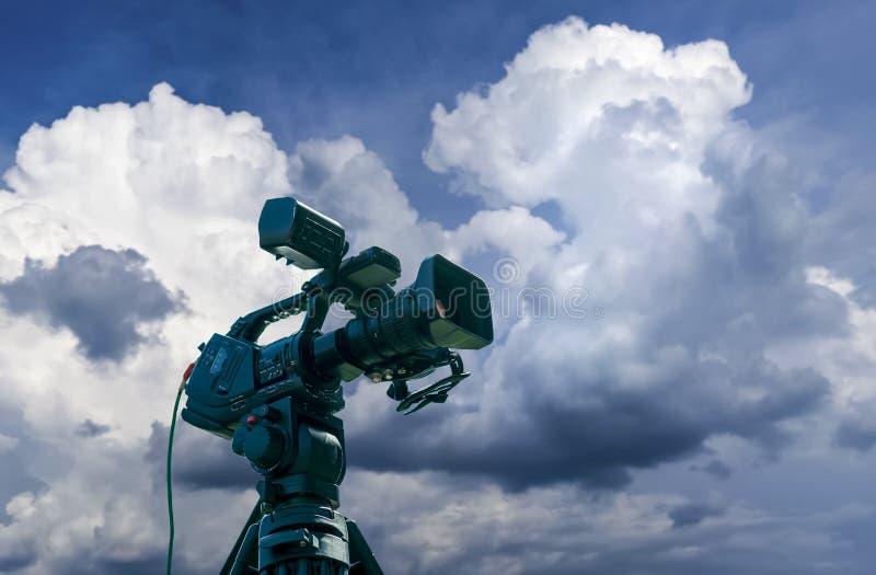 Επαγγελματικά βιντεοκάμερα σε ένα τρίποδο στοκ φωτογραφία